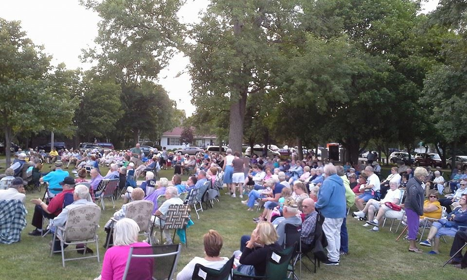crowd on courthouse lawn