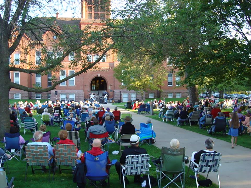 crowd on courthouse lawn at concert